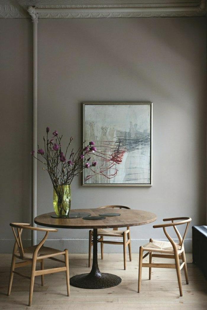 1-table-saarinen-parquet-meubles-fleurs-sur-la-table-peinture-murale-mur-gris-sol-en-bois