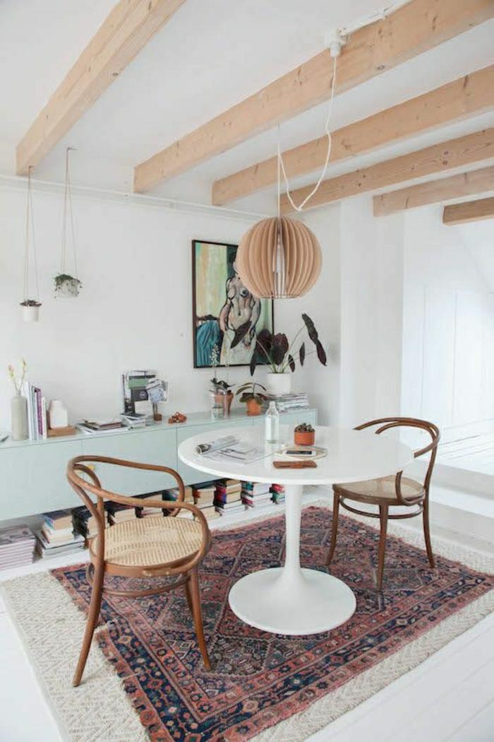 1-table-saarinen-parquet-tapis-coloré-peinture-murale-mur-blanc-sol-en-bois