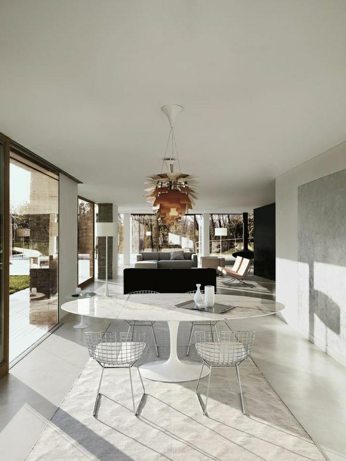 1-table-saarinen-sol-en-lin-beige-chaise-en-fer-lustre-insolite-tapis-beige-fenetre-grande