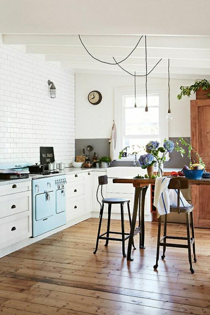 1-table-salle-a-manger-en-bois-table-haute-cuisine-parquet-chaise-haute-en-fer-fleurs