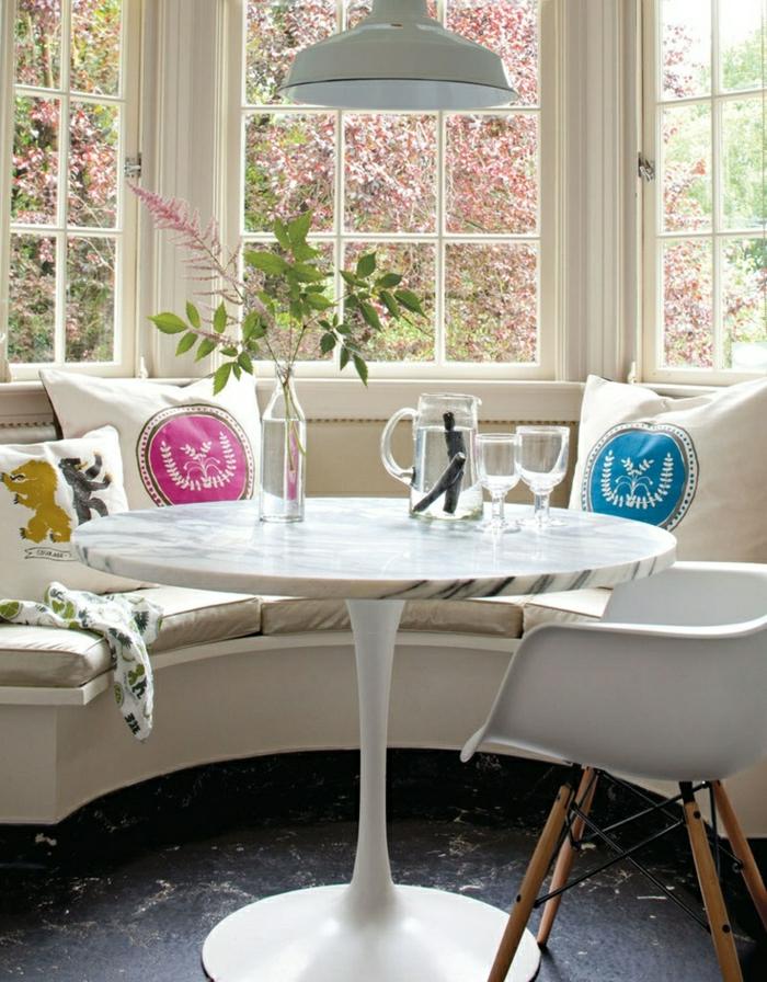 1-table-tulipe-en-marbre-blanc-sol-noir-coussins-décoratifs-fleurs-sur-la-table-canapé-beige