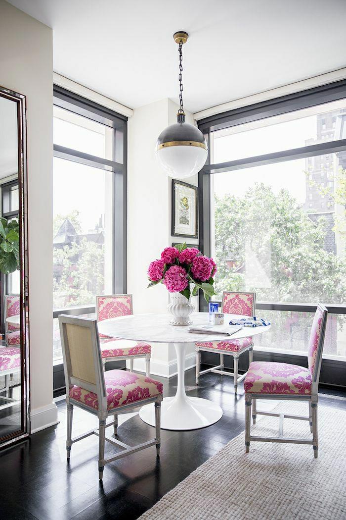 1-table-tulipe-en-plastique-blanc-chaise-rose-blanc-fleurs-roses-sol-en-lin-noir-fenetre