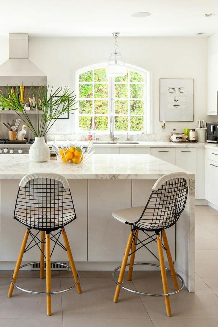 1-tabouret-bar-en-marbre-blanc-fenetre-grande-cuisine-pleine-de-lumière-chaise-de-bar