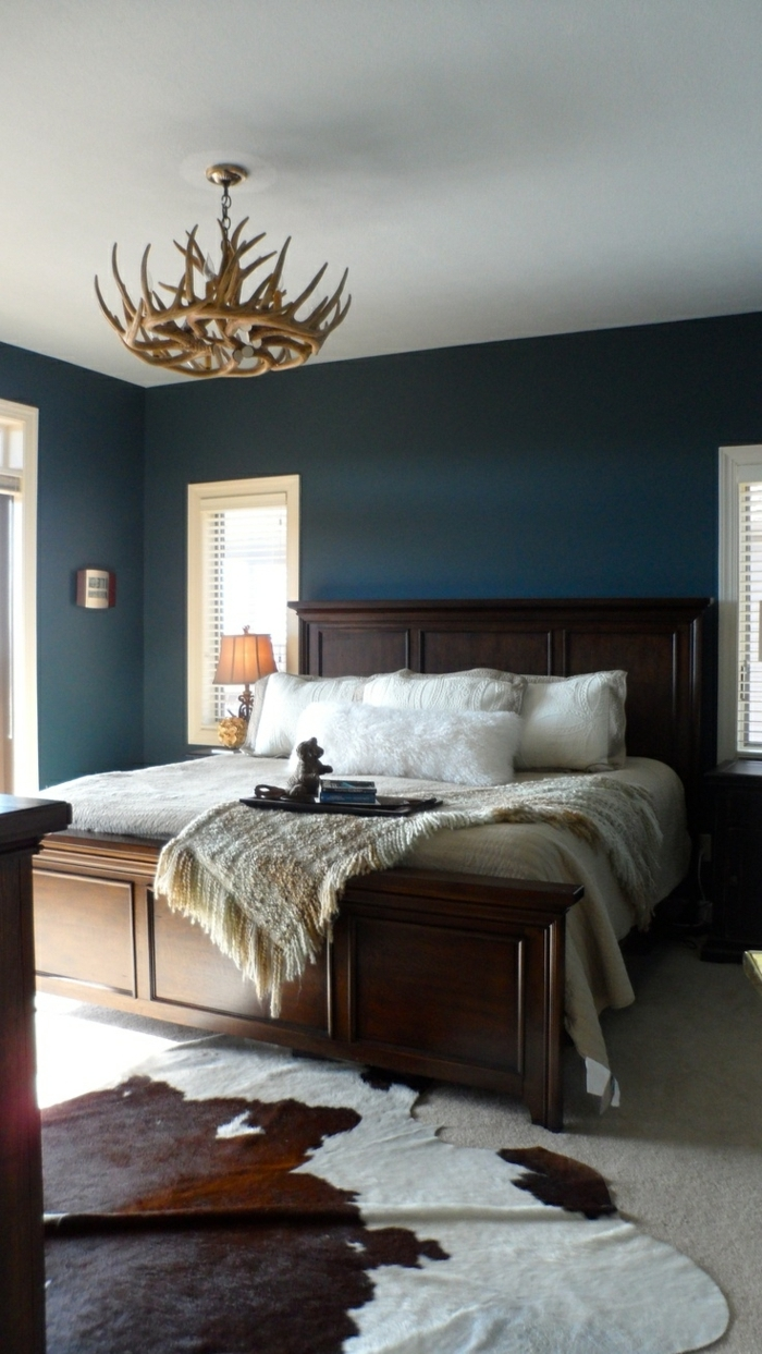 1-tapis-en-peau-de-vache-moquette-beige-mur-blue-lustre-en-bois-suspendu-lit-en-bois