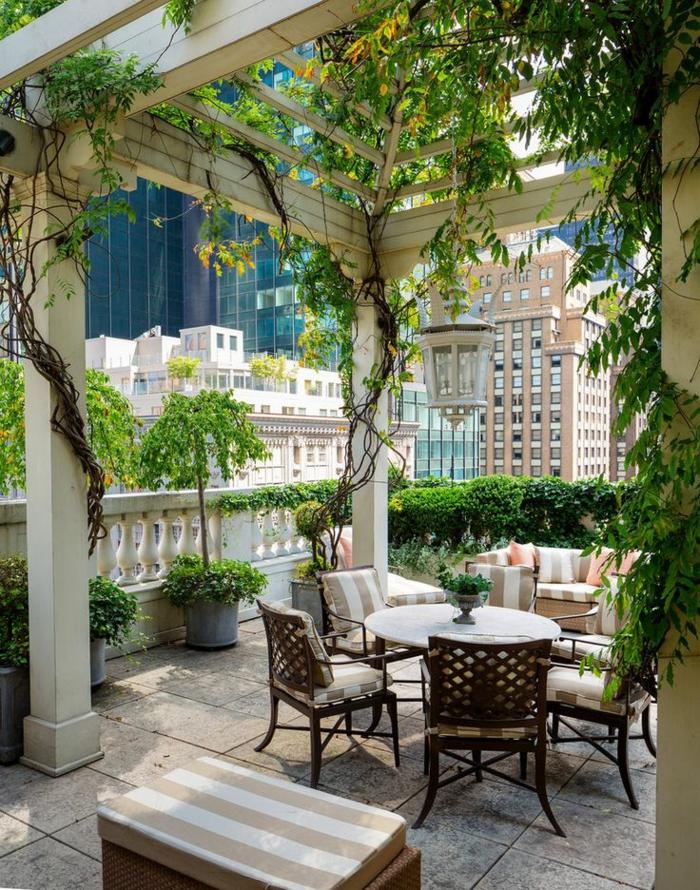 1-terrasse-avec-belle-vue-sol-dalle-de-terrasse-chaises-en-bois-plantes-vertes