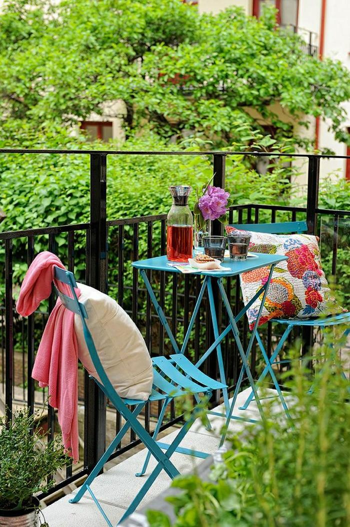 1-terrasse-avec-chaises-en-fer-bleu-table-en-fer-bleu-turqoise-belle-vue-plantes-vertes