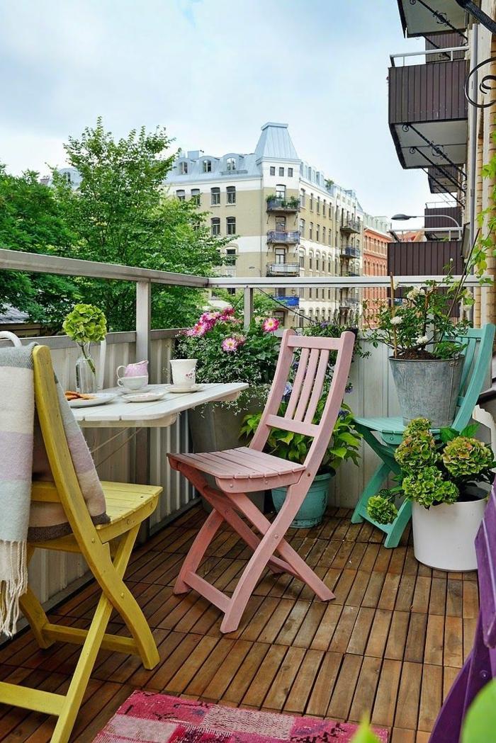 1-terrasse-en-ville-sol-plancher-en-bois-table-de-terrasse-chaises-en-bois-belle-vue