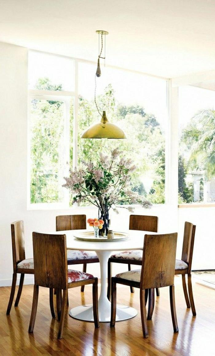 1-une-belle-salle-de-séjour-pleine-de-lumière-lustre-suspendu-table-blanche-fleurs