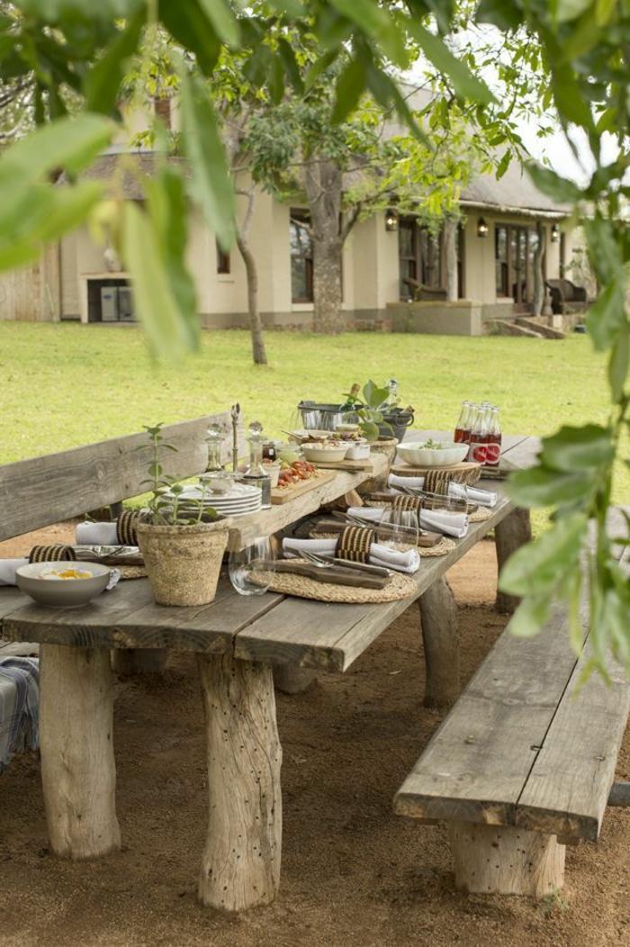 1-une-belle-table-rustique-en-bois-massif-pour-aménager-le-jardin