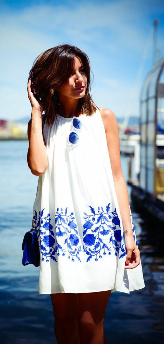 1-une-jolie-robe-habillée-robe-d-été-balnc-bleu-lunettes-de-soleil-femme-a-la-plage