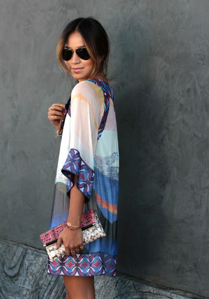 1-une-jolie-robe-habillée-robe-d-été-colorée-femme-avec-lunettes-de-soleil