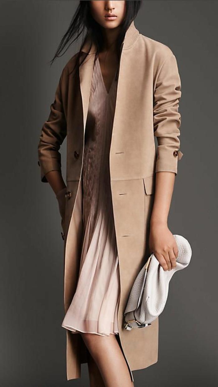 1-veste-en-daim-beige-robe-rose-cheveux-noirs-sac-a-main-gris-femme-moderne