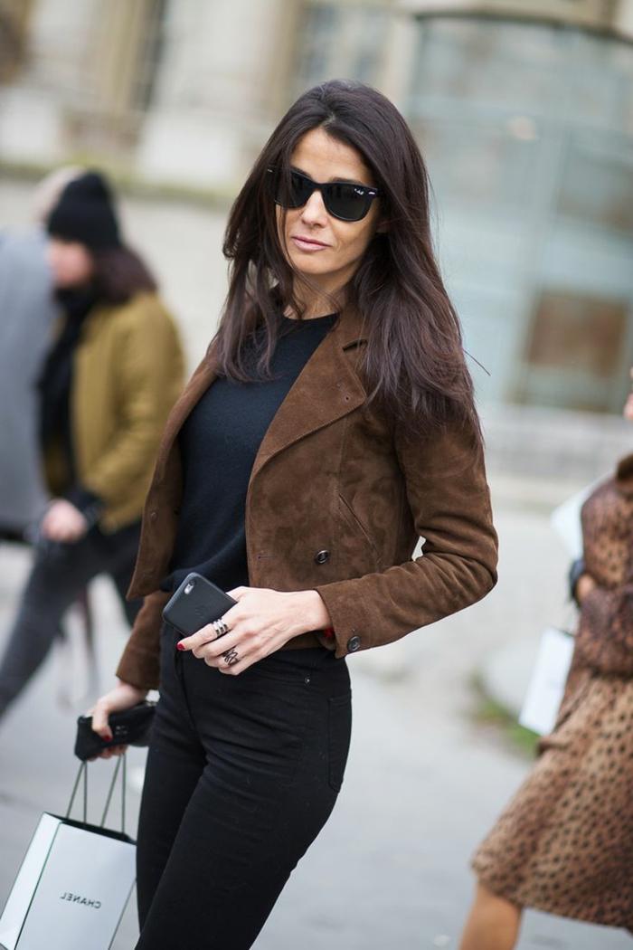 1-veste-en-daim-veste-marron-foncé-pantalon-noir-lunettes-de-soleil-noirs