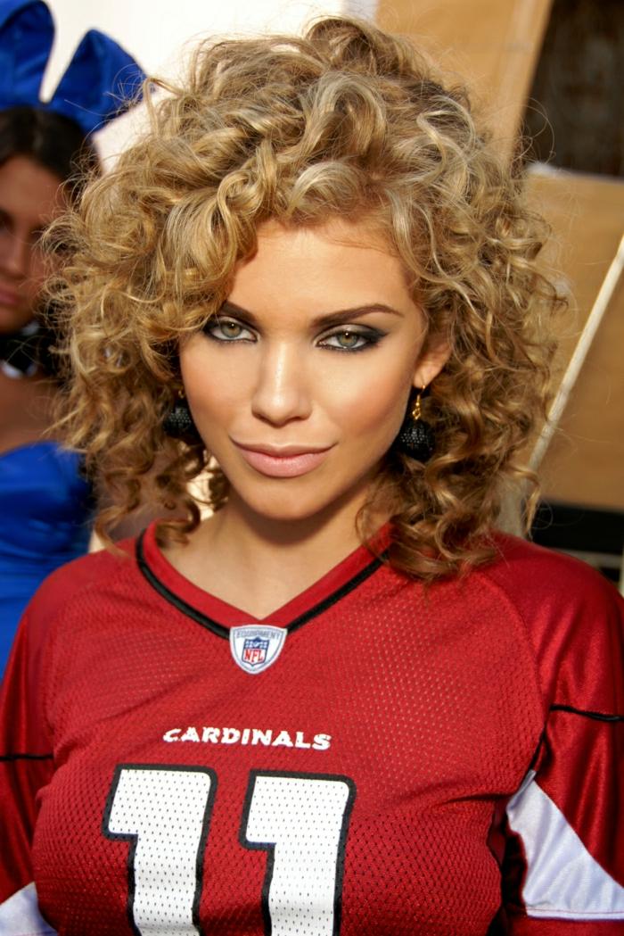 2-couleur-blond-foncé-cendré-cheveux-bouclés-star-90210-Anna-Lynne-McCord