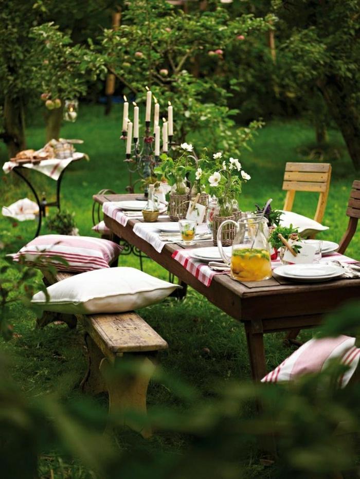 2-table-basse-de-jardin-pelouse-verte-coussins-décoration-de-table-banc-en-bois-table-et-banc