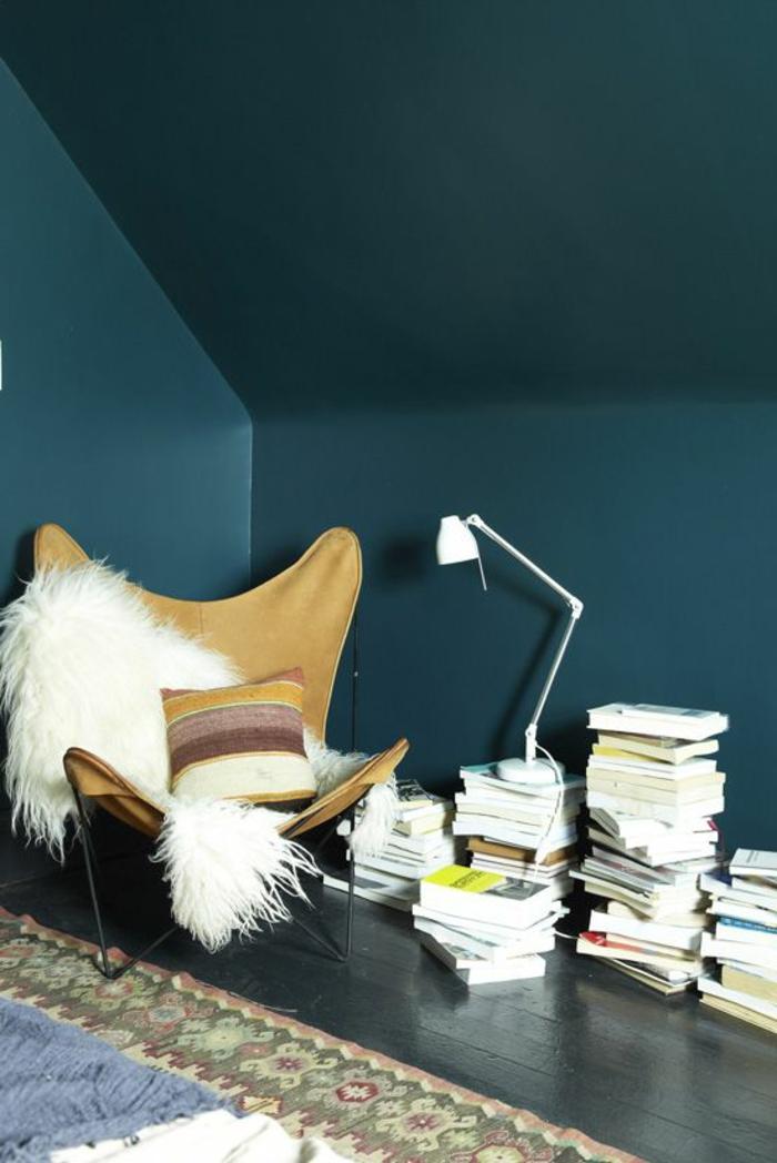 Appartement-lux-style-couleurs-caramel-bleu-mur-livres