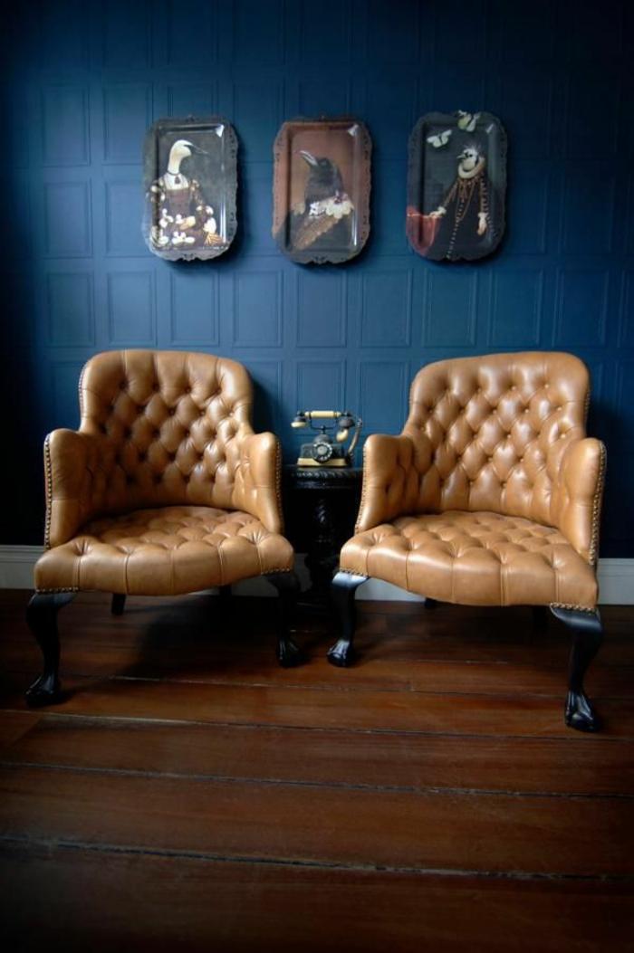 Appartement-lux-style-couleurs-caramel-fauteils-cuir-mur-bleu
