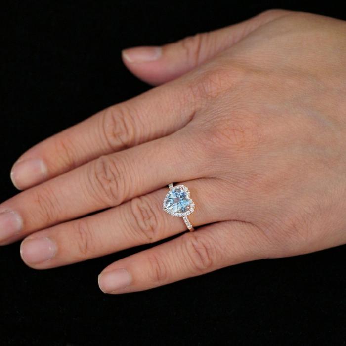 Bague-aigue-marine-main-avec-anneau-coeur