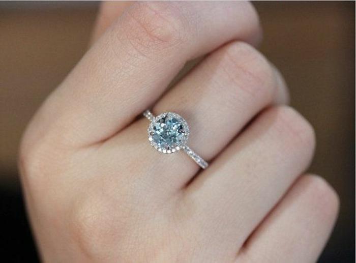 Bague-aigue-marine-main-avec-anneau-cristaux