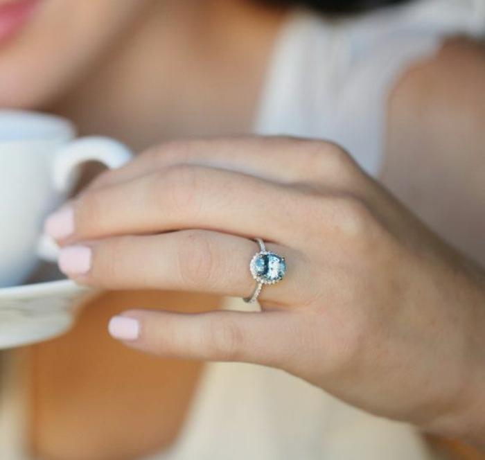 Bague-aigue-marine-main-avec-anneau-tasse-de-café