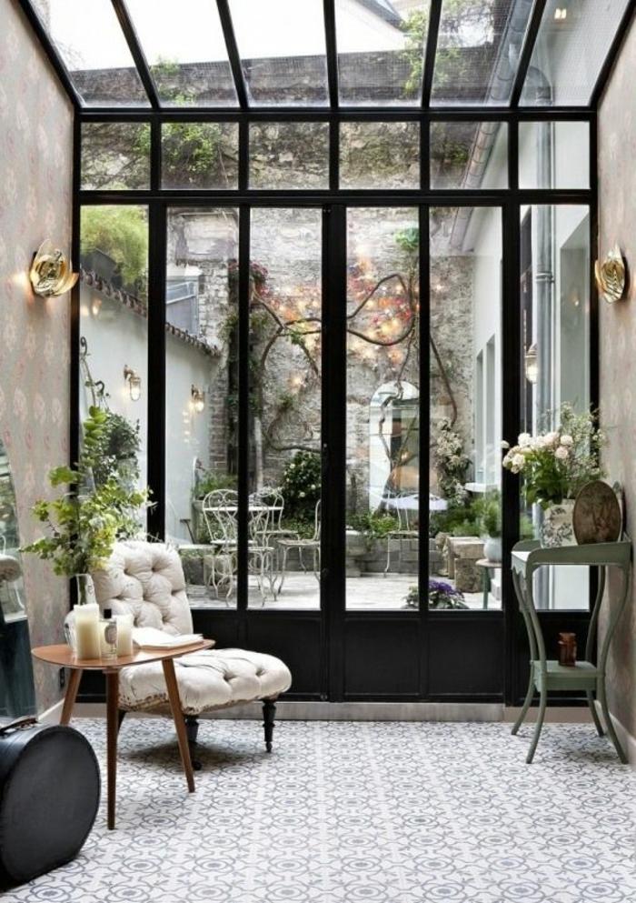 Belle-vue-d'un-fenêtre-de-toit-velux-jolie-vintage