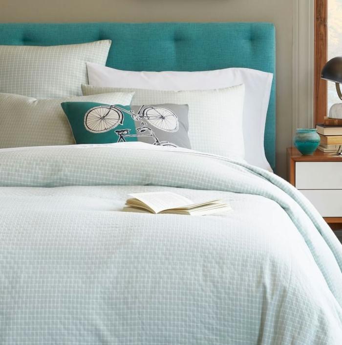 Bleu-claire-pour-la-déco-de-ma-chambre-lit-des-coussins