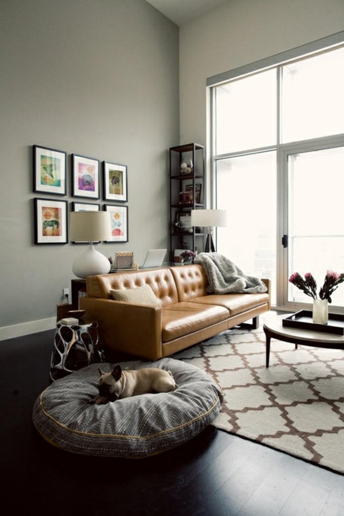 Caramel-couleur-intérieur-idee-creative-sofa-chien-coussin-vase-fleurs