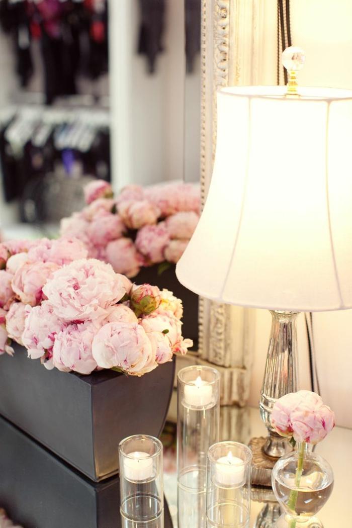 Chambre-à-coucher-romantique-déco-belle-table-de-chevet