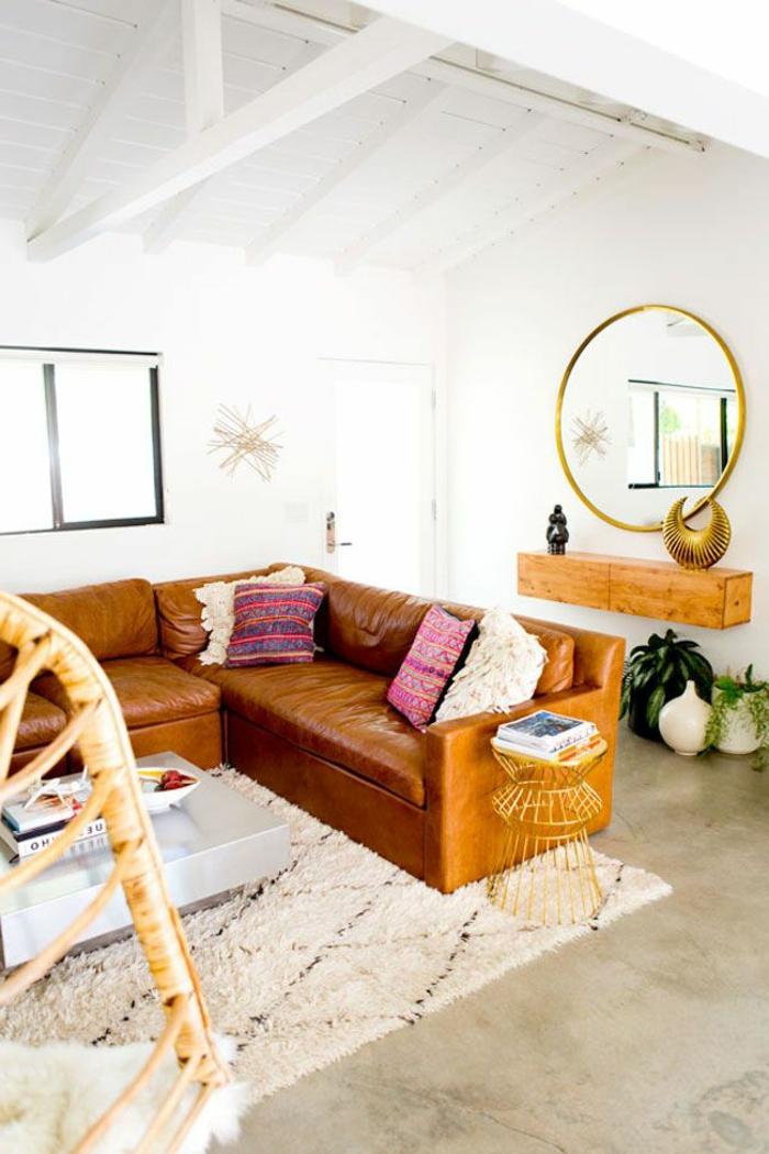 Couleur-caramel-sur -murs-et-mobilier-canapé-en-cuir