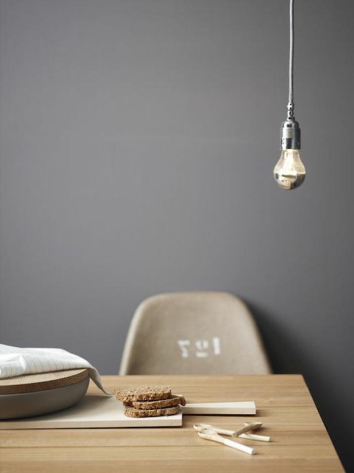 Couleur-caramel-sur -murs-et-mobilier-table