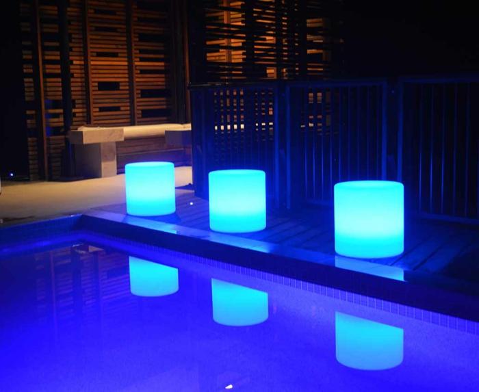 Lampe-exterieure-pot-de-fleur-a-la-piscine