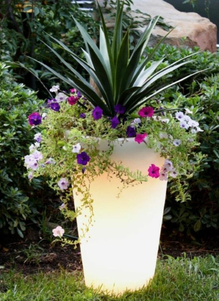 Lampe-exterieure-pot-de-fleur-plante-fleurs