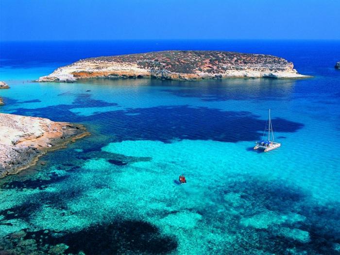 Lampedusa-Italy-plage-jolie-la-mer-bateau-le-sande-resized