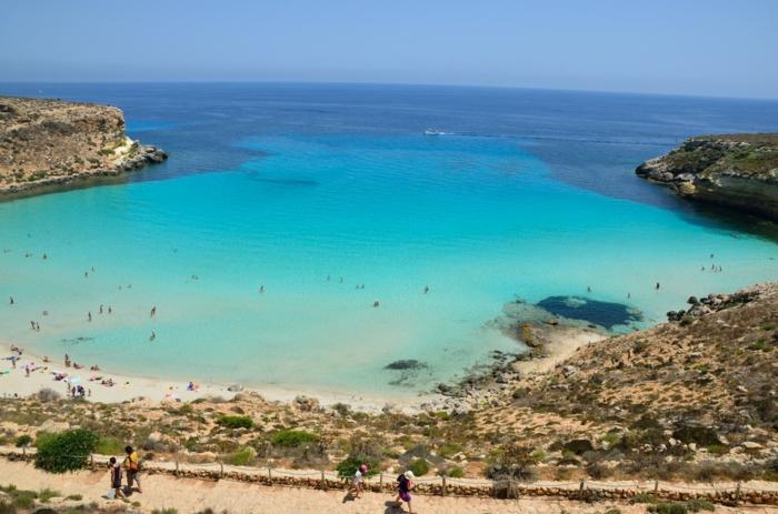 Lampedusa-Italy-une-des-plus-belles-plages-du-monde-roches-resized
