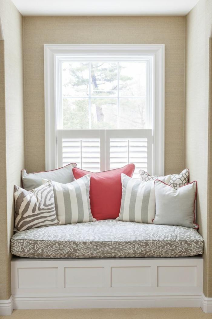 Le-lucarne-de-toit-l-intérieur-déco-coussins-sofa