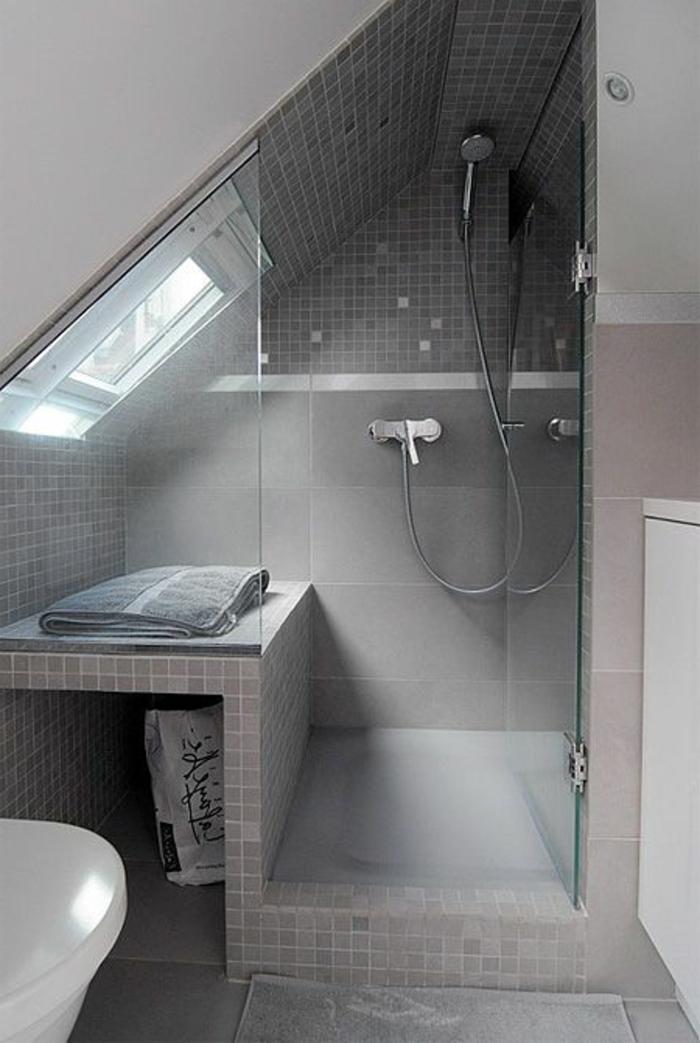 Le-lucarne-de-toit-l-intérieur-la-salle-de-bain