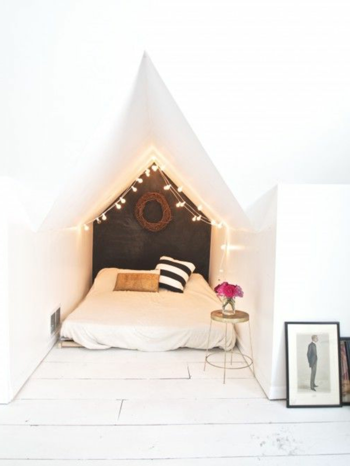Le-lucarne-de-toit-l-intérieur-une-chambre-romantique-deco