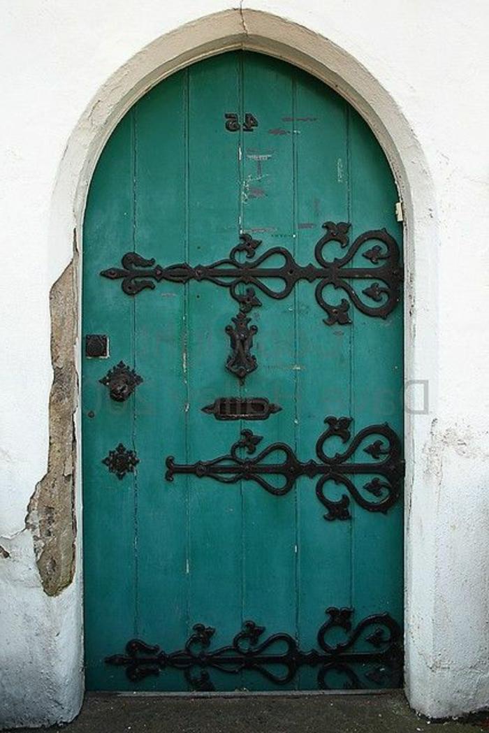 Porte-d-entrer-aigue-marine-couleur-détails-de-fer