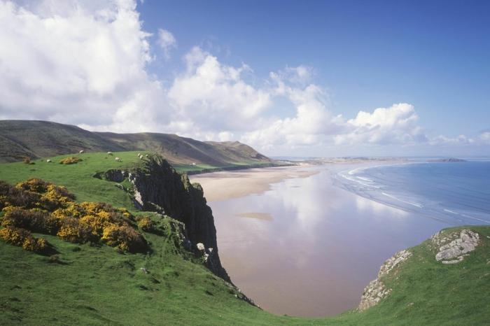 Rhossili-Bay-Swansea-Wales-les-plus-belles-plages-du-monde-montagne-paysage-resized