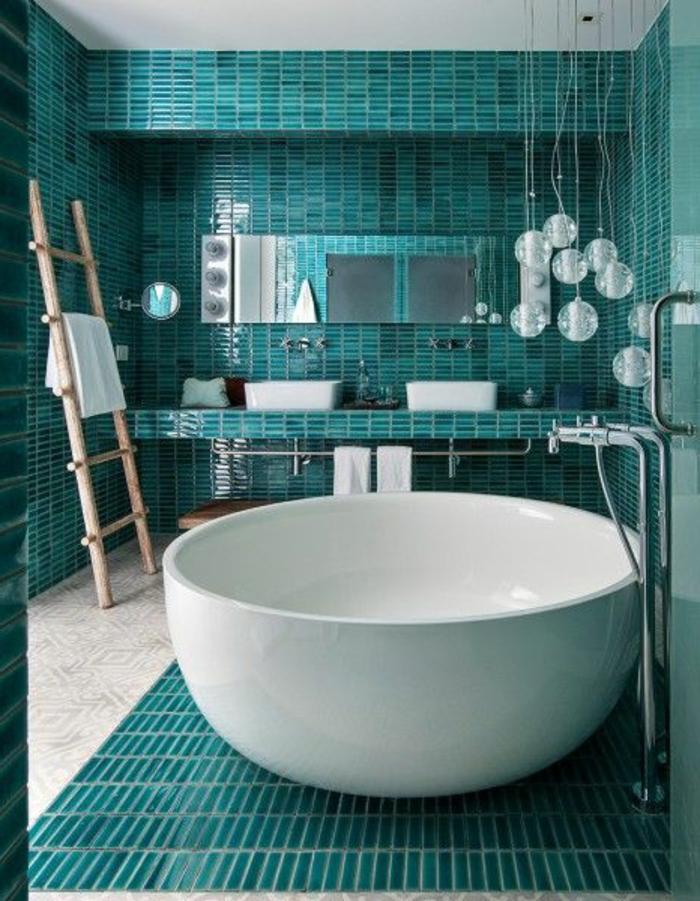 Salle-de-bain-aigue-marine-zen-baignoire-ronde-echelle-bois