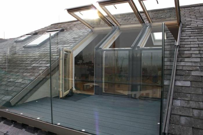 Une-maison-fenêtre-de-toit-balcon