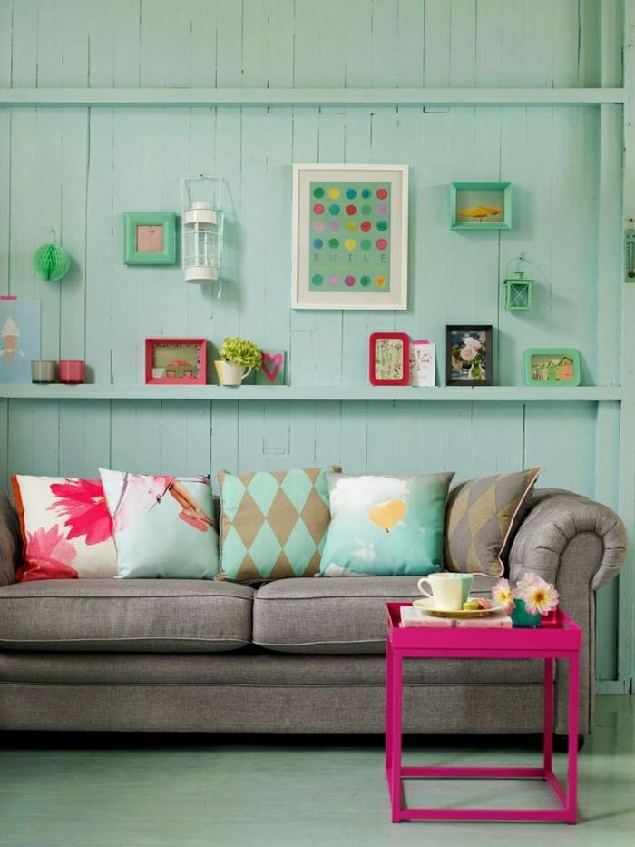 adopter-la-couleur-bleu-cyan-canapé-gris-table-de-salon-rose-coussins-colorés-mur-en-bois