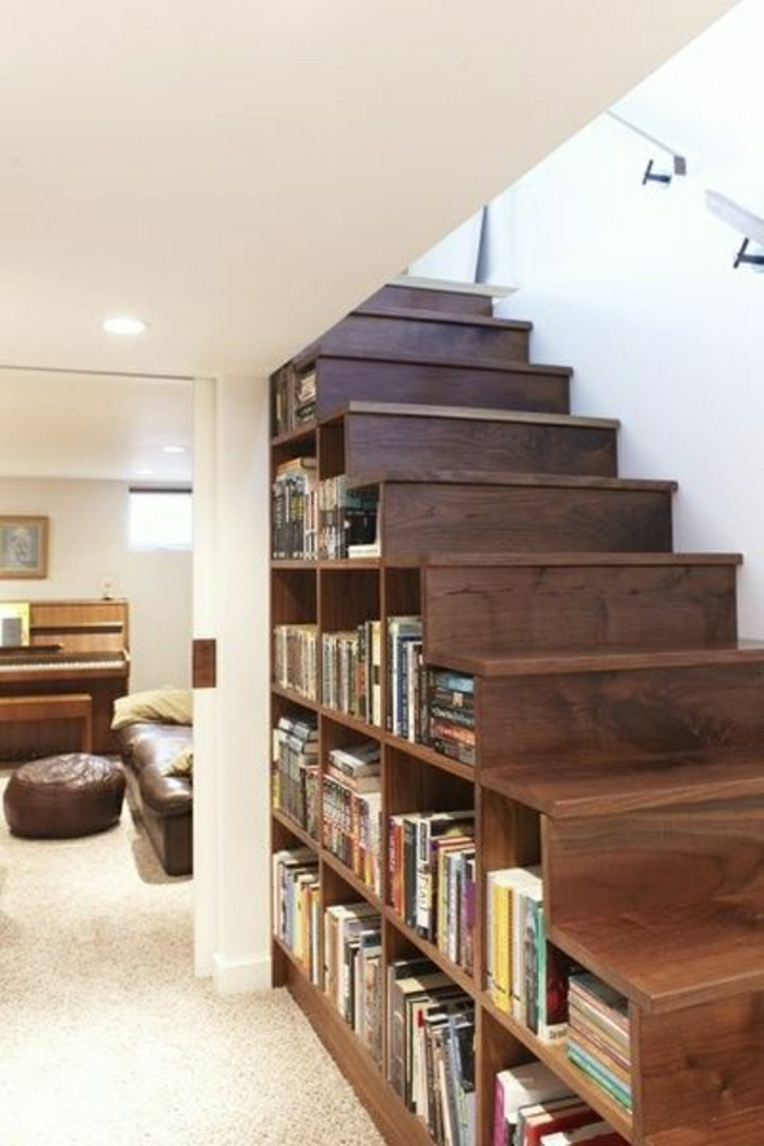 aménagement-sous-escalier-bibliothèque-sous-escalier-en-bois-marron-foncé-escalier-en-bois