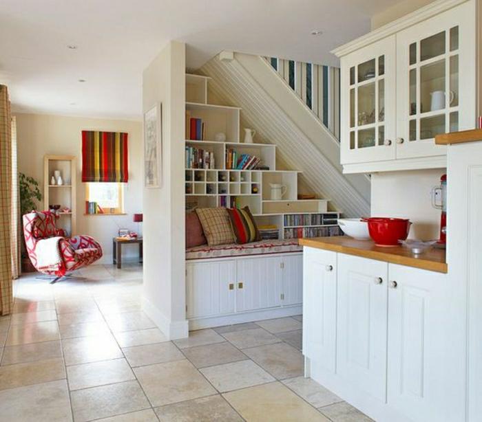 aménagement-sous-escalier-chambre-avec-canapé-étagère-murale-en-bois-meuble-escalier-ikea-ragement-escalier