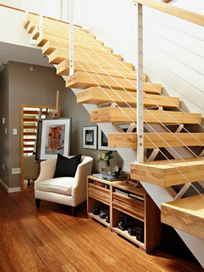 aménagement-sous-escalier-meubles-sous-escalier-canapé-sous-escalier-parquet-coussin-noir