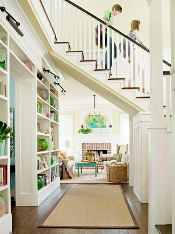 aménagement-sous-escalier-tapis-beige-maison-déco-blanc-chambre-lumineuse