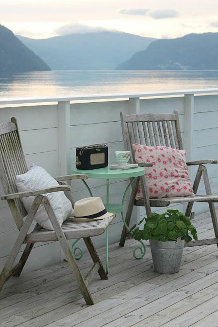 aménager-sa-terrasse-belle-vue-vers-le-lac-plantes-vertes-fleurs-lac-montagne