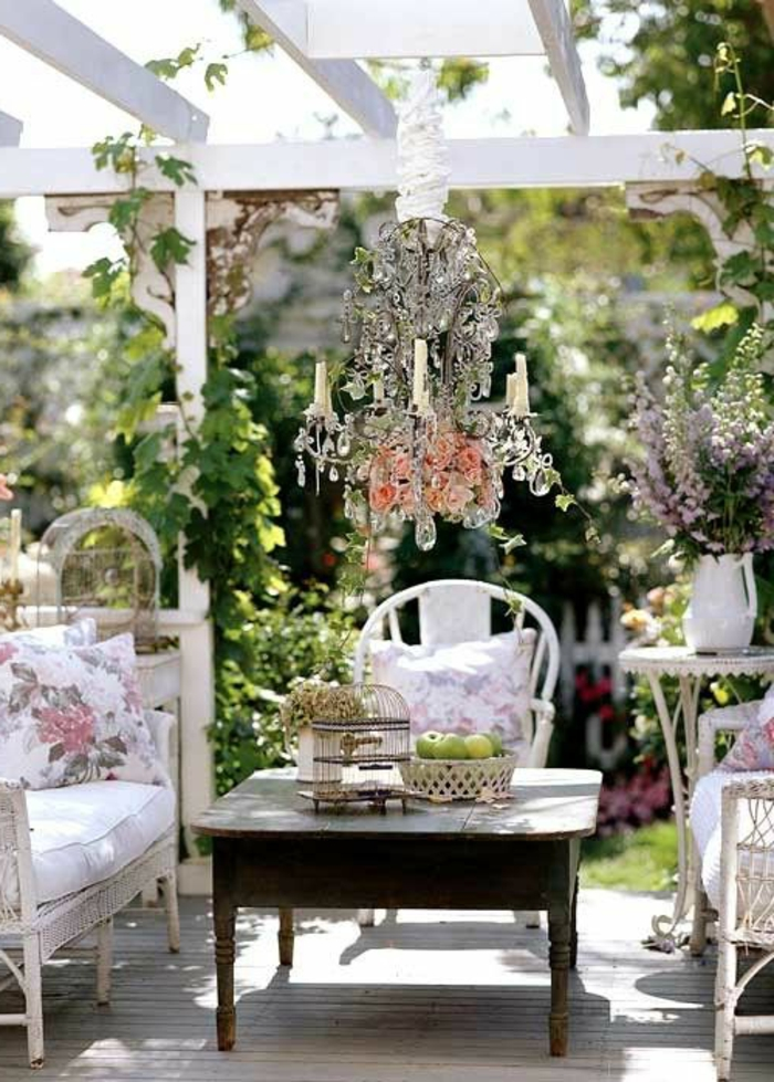 ambiance-rustique-pour-le-jardin-rustique-meuble-rustique-table-en-bois.-chaises-rustiques-lustre-baroque