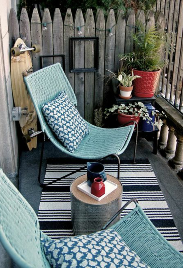 amenagement-terrasse-terrasse-en-ville-belle-chaises-bleus-de-terrasse