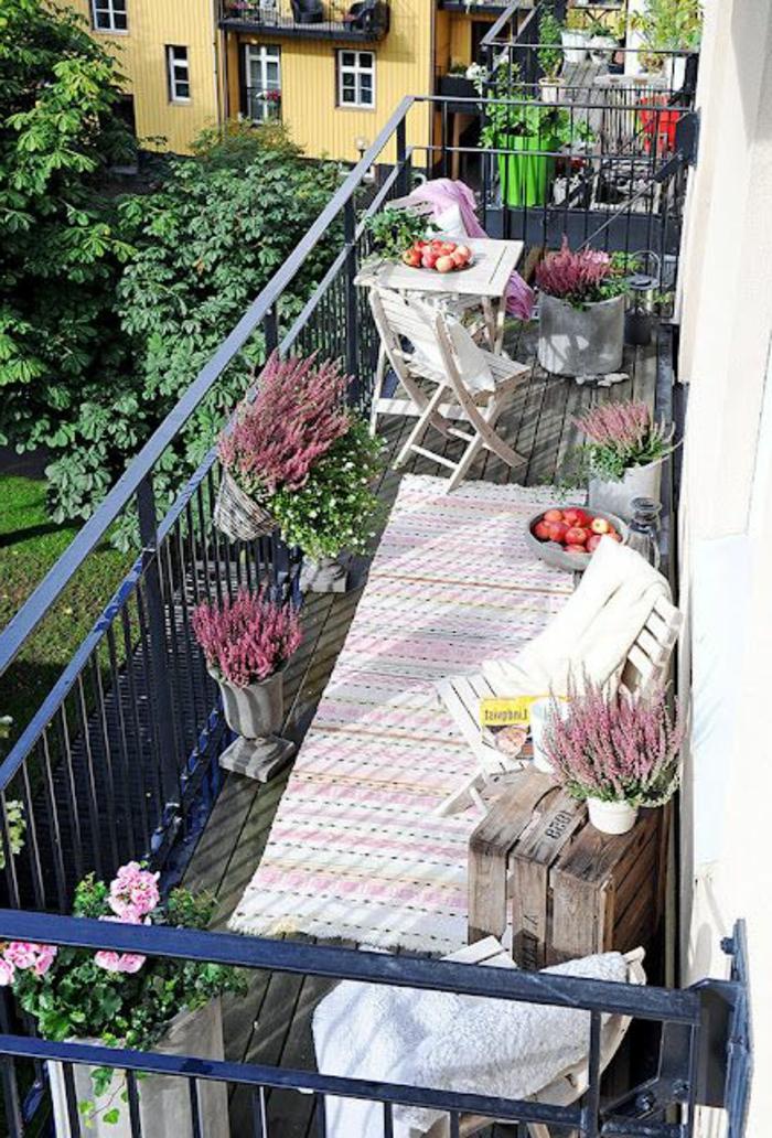 amenager-sa-terrasse-terrasse-en-ville-tapis-coloré-fleurs-sur-la-terrasse